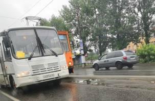 Автобус «встретился» с трамваем: на Шевченко образовалась утренняя пробка