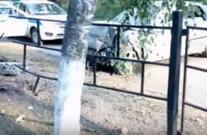«Много выпил?». В Сети появилось видео последствий серьезного ДТП у смоленской школы