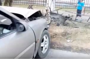 Пьяный смоленский водитель снес забор и врезался в столб возле школы и детсада