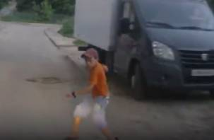 В Смоленске на видео попал ребенок, который бросился под колеса автомобиля