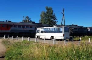 Смоленский водитель автобуса едва не въехал с пассажирами в тепловоз