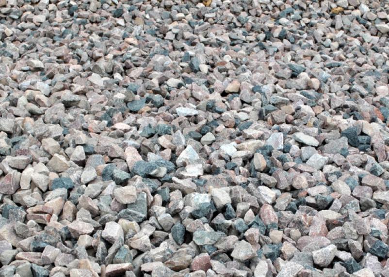 «С хмельной головы?». В Сафонове детскую площадку усыпали камнями