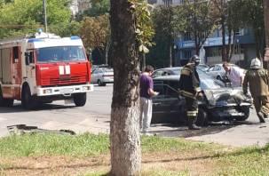 В Смоленске на Кирова произошло серьёзное ДТП. На месте работают скорая, МЧС, ГИБДД