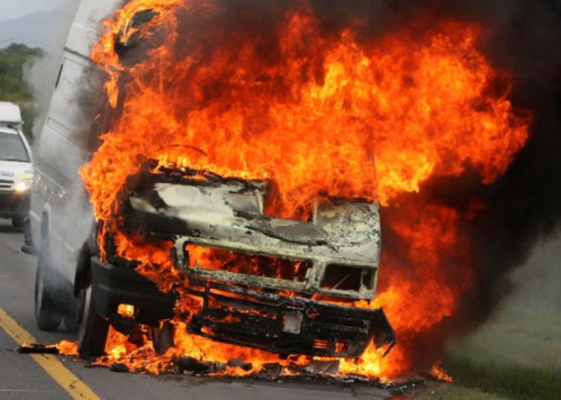 В Смоленске сгорели две машины на Краснинском шоссе