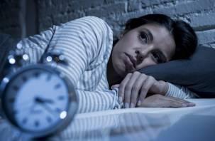 Эксперты объяснили опасность сна с телефоном под подушкой