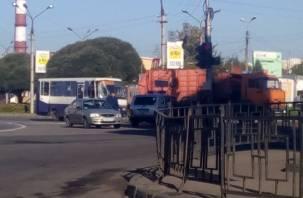 В Смоленске рейсовый автобус столкнулся с мусоровозом: есть пострадавшие