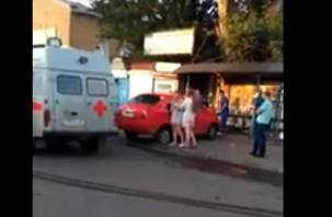 В Смоленске на Желябова иномарка влетела в остановку. Пострадали люди