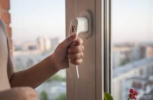 Двухлетний мальчик выпал из окна в Смоленской области