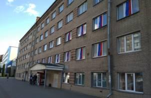 Смоленские студенты вывешивают флаги на окнах