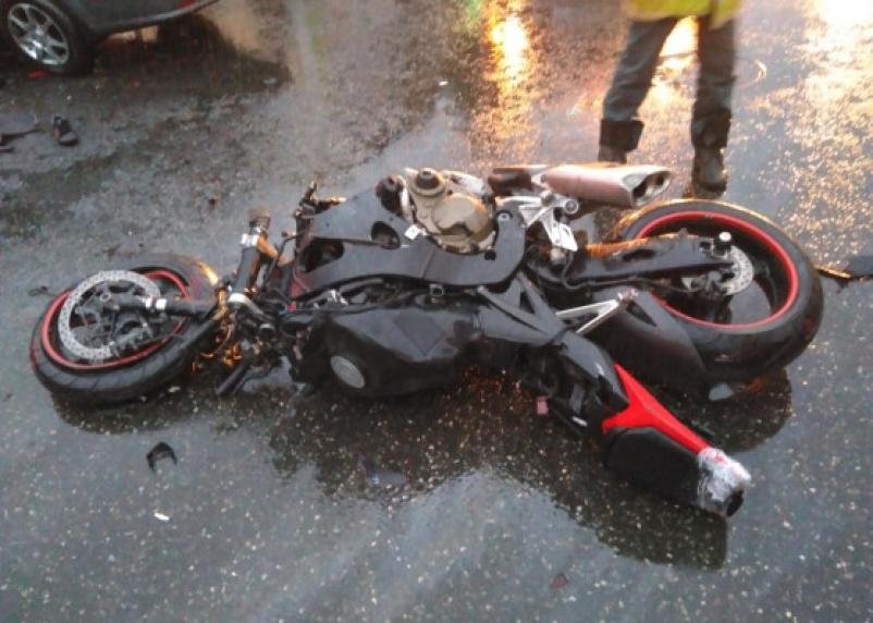 В Духовщинском районе мотоциклист протаранил ВАЗ. Водитель байка госпитализирован
