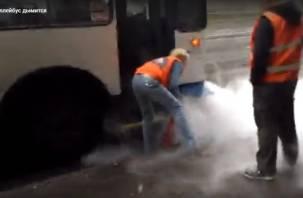 Сотрудницу смоленского МУТТП стало «бомбить» от смолянина, снимающего на видео дымящийся троллейбус