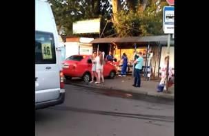 Подробности ДТП на Желябова в Смоленске. Маршрутка вытолкнула иномарку на тротуар, где та сбила двух женщин
