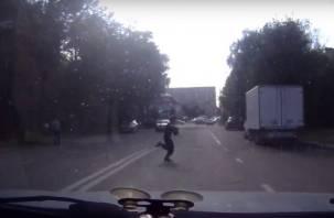 В Смоленске дети чуть не попали под колёса. Видео попало в Сеть