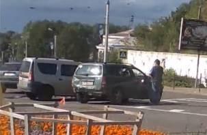 В Смоленске на Дзержинского не поделили перекрёсток два авто. Работает эвакуатор