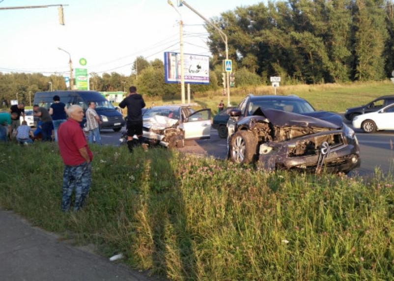 В ГИБДД установили виновника массовой аварии в Смоленске. Это водитель «Инфинити»