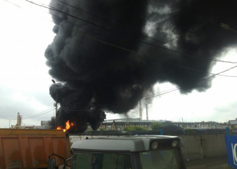 «Эвакуировали работников». Подробности пожара на асфальтовом заводе в Смоленске