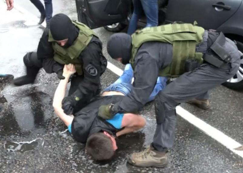 В Смоленске на остановке у мужчины украли сумку