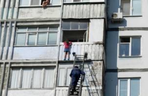 В Смоленске спасатели сняли с балкона испуганную девочку: родители оставили ее одну