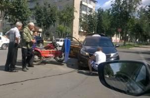 Смоленский мотоциклист и таксист не поделили дорогу