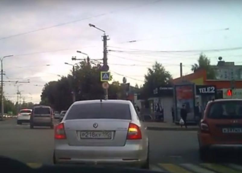 Смоляне сняли на видео очередного нарушителя ПДД на «Шкоде»
