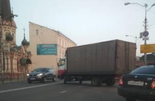 В Смоленске из-за ДТП фура перекрыла выезд с Колхозной площади