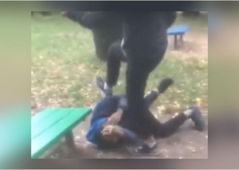 «Помогите найти отморозков». На видео попало жестокое избиение школьника в Смоленске