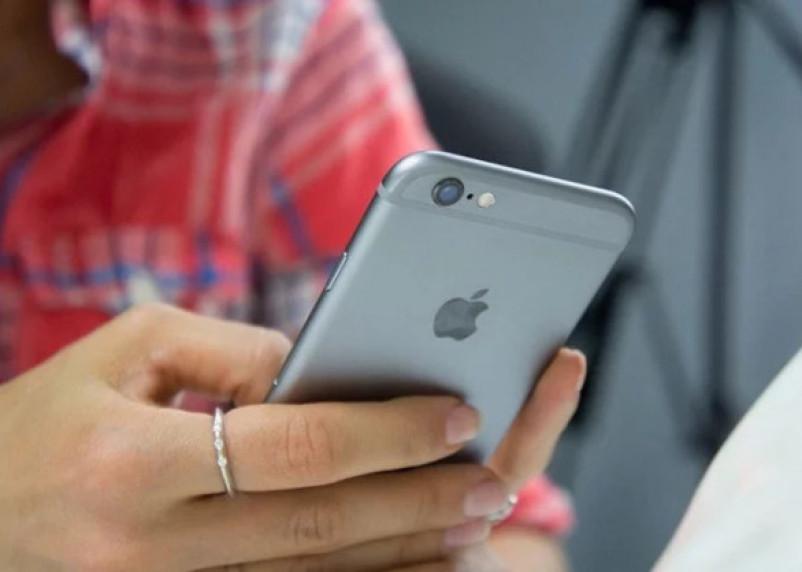 Эксперты рассказали о вреде засыпания с телефоном в руках