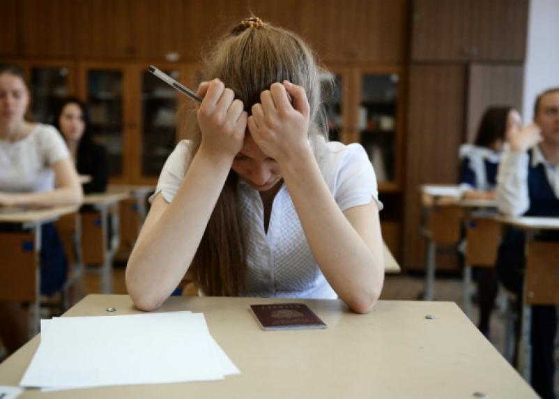 522 школьника попались с мобильниками и шпаргалками на ЕГЭ