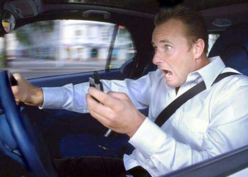 МВД предлагает «карать» за мобильники за рулем
