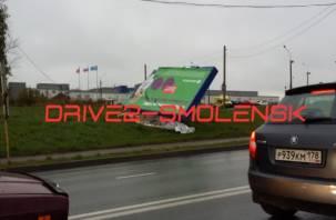 В Смоленске ветер повалил большой рекламный баннер
