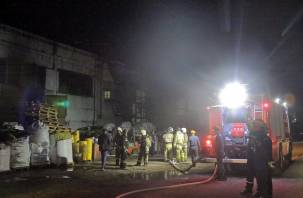 Появились фото с пожара в цехе по производству пластика в Смоленске