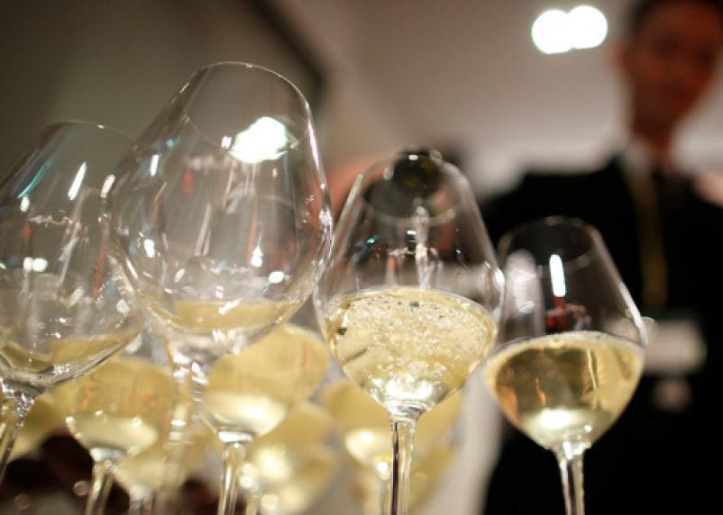 Стало известно, сколько россияне готовы потратить на алкоголь для Нового года