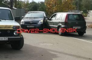 В Смоленске около детской поликлиники столкнулись машины
