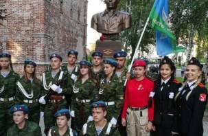 В Смоленске открыли памятник великому десантнику