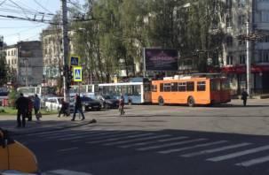 Дружно в ряд: В Смоленске из-за аварии остановились троллейбусы