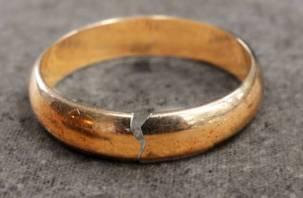 «Пилите, Шура, пилите»: смолянка потребовала разделить пополам обручальное кольцо при разводе с мужем