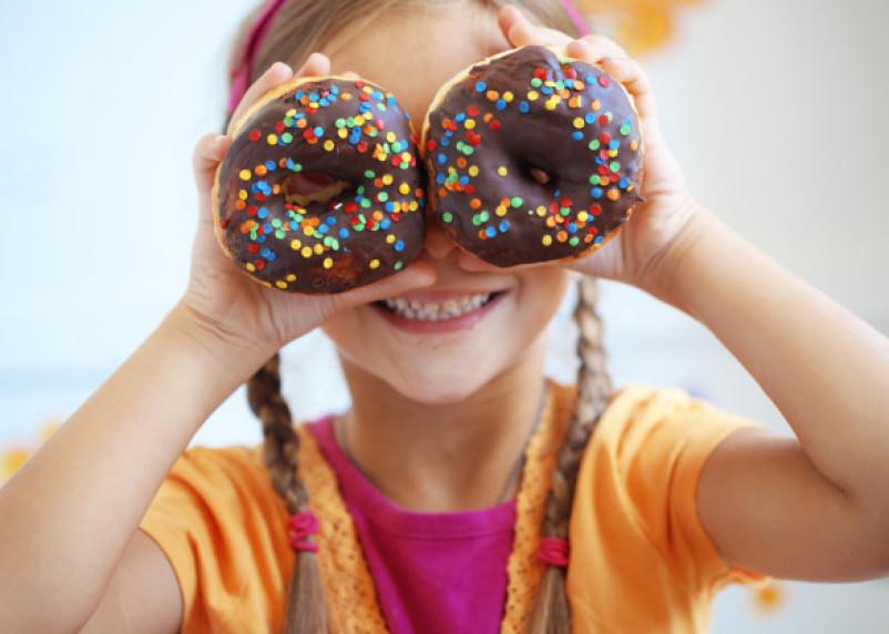 Не слипнется: депутат Госдумы предложил не продавать детям сладости