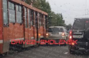 «Третий день бьют автомобили». В Смоленске произошло очередное ДТП с трамваем