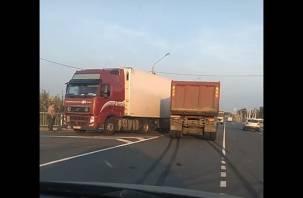 В Смоленске на окружной легковушка влетела под грузовик