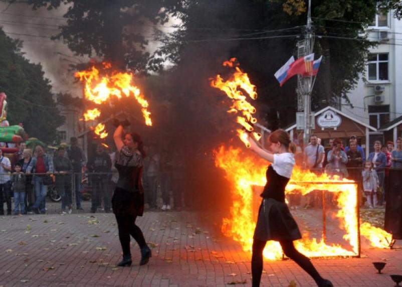 Велопарад в Смоленске встретили ярко и огненно