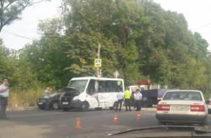 13 человек из маршрутки пострадали в ДТП с манипулятором в Смоленске