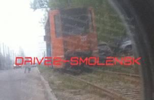 «Злой» смоленский трамвай нещадно разбивает автомобили