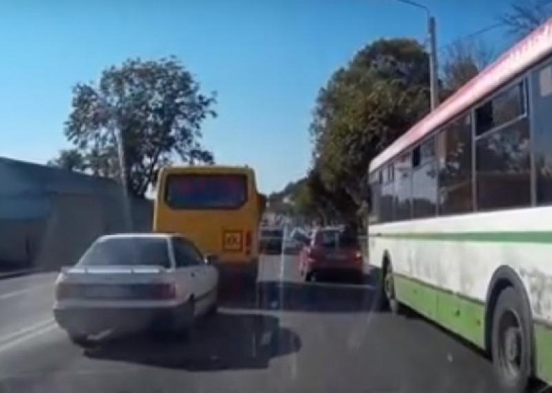 Появилось видео ДТП со школьным автобусом в Смоленске