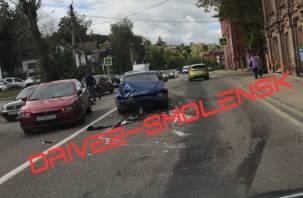 «Бумер сложился нормально»: в Смоленске возле набережной — серьезное ДТП