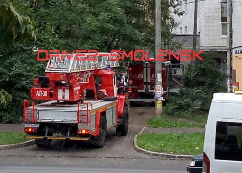 В Смоленске у многоэтажки собралось несколько пожарных машин