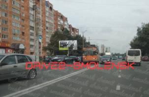 В Смоленске столкнулись две машины и троллейбус