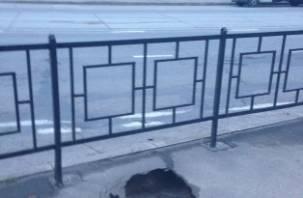 На тротуаре в Смоленске провалился асфальт