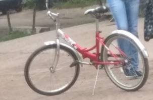 Чей велосипед? В Смоленске двое мужчин асоциального типа «загнали» двухколесный