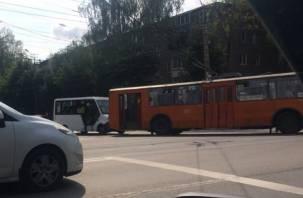 В Смоленске маршрутка подбила троллейбус