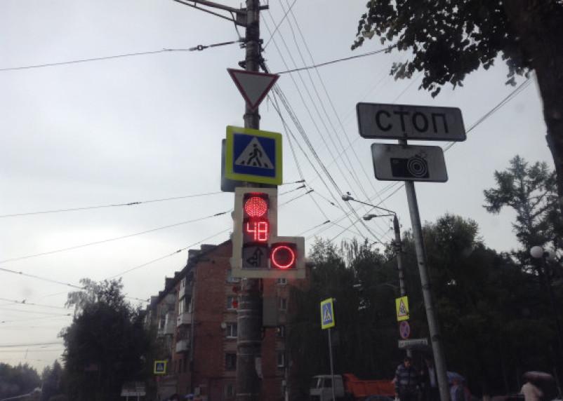 Авария произошла на светофоре в Заднепровье в Смоленске. Водитель скрылся и грубо нарушил ПДД